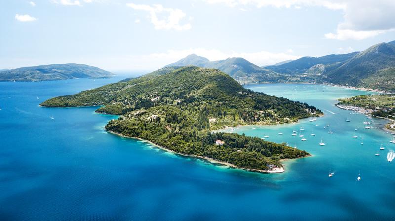 Panoramafoto van de baai van Nidri vanuit de lucht