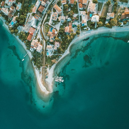 Panorama dronefoto van Nidri van bovenaf