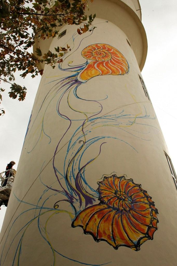LiSKa LLoRCa embelli le mur circulaire d'un château d'eau dans la commune de Valloire-sur-Cisse.