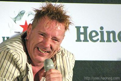 חיוך טיפוסי של ג'ון ליידון בכנס, צולם על ידי <'a href='http://yael.haoneg.com>יעל רגב</a>