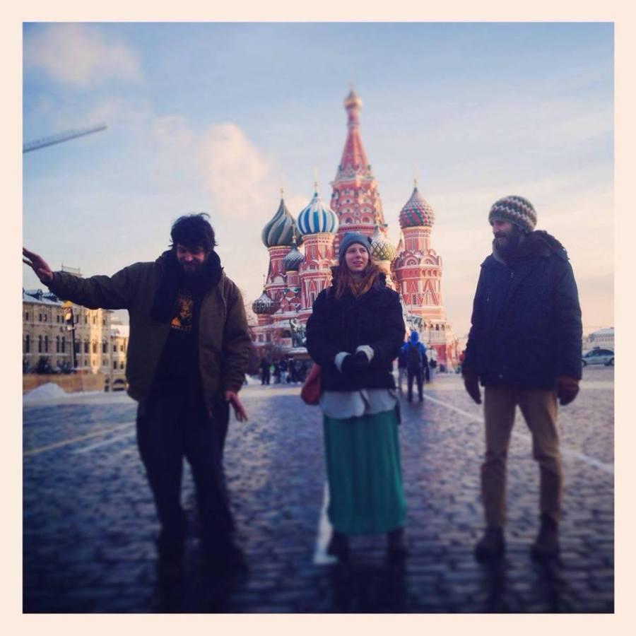 """באטרינג טריו במוסקבה: איך אומרים """"שלישיית מורחי החמאה"""" ברוסית?"""