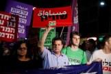 """Arabski poseł doKnesetu, Ayman Odeh, wznosi naplacu Rabina wTel Awiwie transparent znapisem """"Równość"""" podczas protestu przeciw konstytucyjnej ustawie opaństwie żydowskim. 14 lipca 2018 EPA-EFE/ABIR Sultan"""
