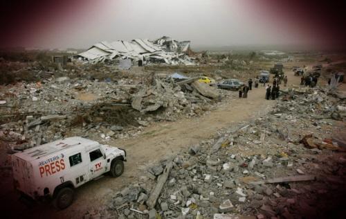 Samochód Reutersa jedzie przez zbombardowany obóz dla uchodźców w Gazie. (Yannis Behrakis/Reuters)