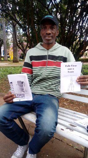 Poeta Roberto Nascimento apresenta suas poesias