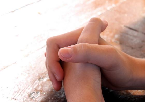Mãos cruzadas(como em oração)