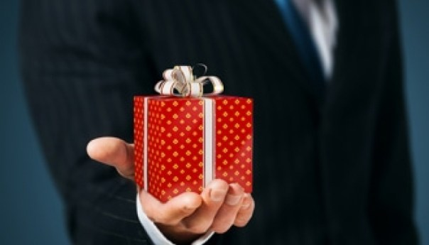 Suitable occasions for corporate gifts and how to hand them over elegantly