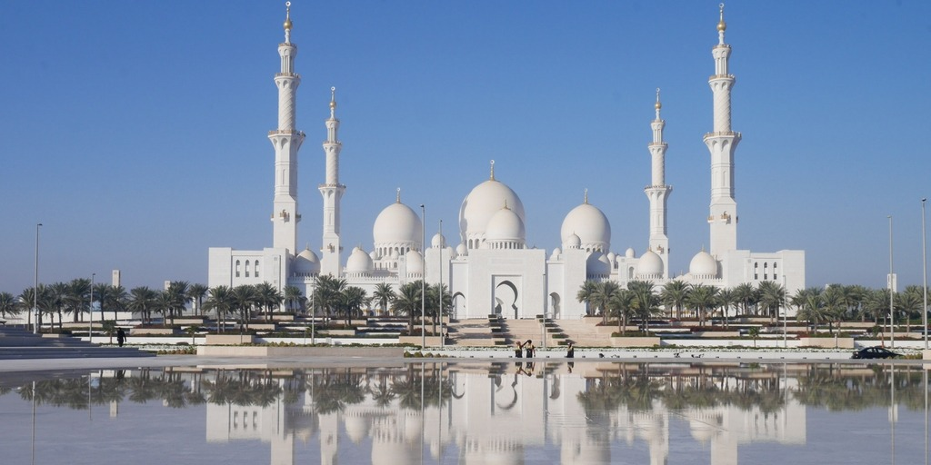 Shiekh Zayed Grand Mosque reflection from Wahat al Karama | Little City Trips Guide to the Best time to visit Abu Dhabi