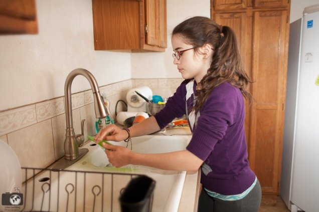 How to teach your kid to clean the kitchen (with free PRINTABLE!)
