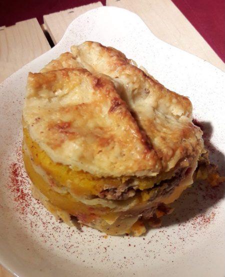 Voici une photo de ma lasagne à la courge butternut, au haché à la sauce tomate et aux noisettes hachées. Cette recette est délicieuse en automne et revigore tous les estomacs