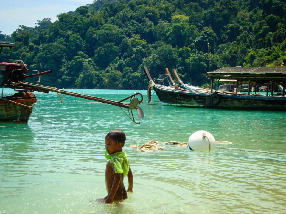 pollution plastique en Thaïlande des enfants jouent avec du plastique