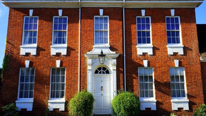 Pensez à harmoniser votre porte d'entrée avec vos fenêtres et vos volets