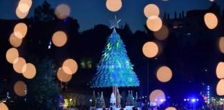 Сказочная 28-метровая елка, дарит волшебное рождественское настроение всем жителям и гостям города Згарты, Ливан.