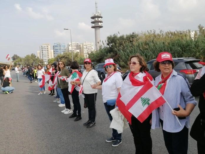В Ливане протестующие устроили живую цепь длиной 171 километр.
