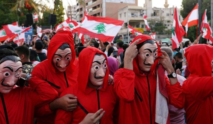 Налог в 6 долларов за пользование WhatsApp вывел на улицы Ливана многотысячные толпы.