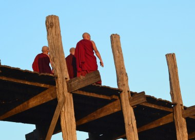 Monks Crossing U Bein Bridge, Best mandalay day tour by taxi