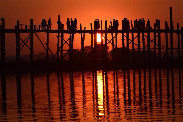 Sunset at U Bein Bridge, Best mandalay day tour by taxi