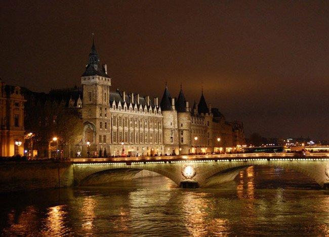 buildings-on-river-seine in paris france