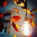 Windspiel aus Naturmaterialien Blätter auf Draht an Lampe