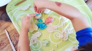 Kinder-Knete selber machen und kneten