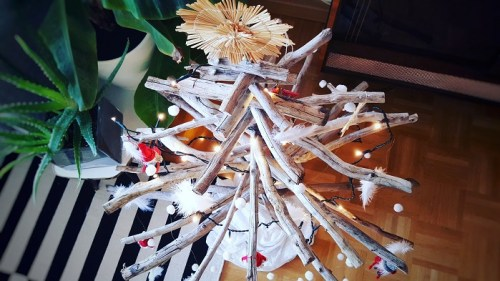 Nachhaltiger DIY-Weihnachtsbaum aus Holz und Ästen fertig geschmückt