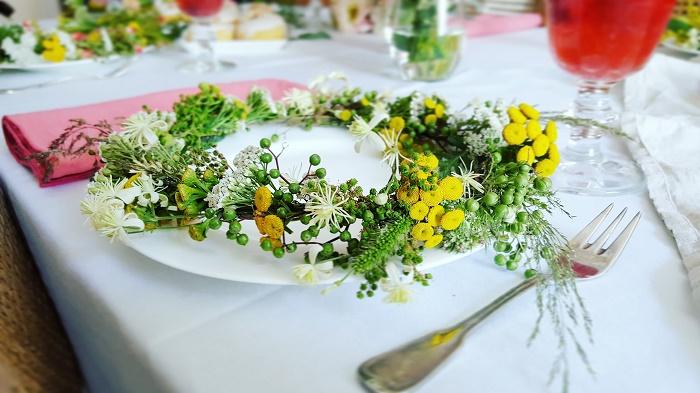 Blütenkränze selber binden: Wildblumen als Tischdekoration