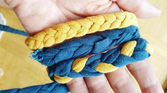 Verschieden farbige Kordeln aus geflochtenem TShirt-Garn