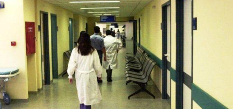 Υπό κατάρρευση το ΕΣΥ: Εικόνες ντροπής σε νοσοκομεία ανά τη χώρα