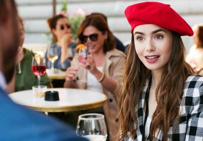 Οι 15 πιο hot right now μπερέδες για να φορέσετε κι εσείς το αγαπημένο trend της Emily in Paris