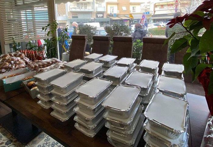 Εστιάτορες μοίρασαν γεύματα σε άπορους και άστεγους της Θεσσαλονίκης