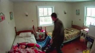 ΑΠΙΣΤΕΥΤΟ! Δεν άφηνε τις κόρες του να μπουν στο δωμάτιο. Δείτε τι έκρυβε! [video]