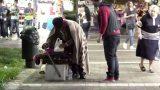 Κοινωνικό πείραμα στους δρόμους της Αθήνας, μεγαλείο ψυχής ενός αστέγου.(Video)