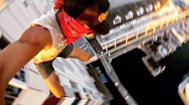 Κασκαντέρ πηδάει από κτίριο 8 ορόφων και οριακά προσγειώνεται στο νερό. (Video)