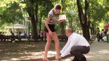 Θα βοηθούσατε μια κουκλάρα με …ποδάρες να δέσει το παπούτσι της;; (Video)
