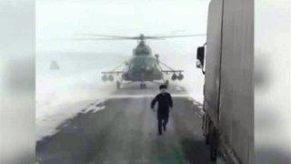 Πιλότος χάθηκε και κατέβασε το ελικόπτερο σε λεωφόρο για να ρωτήσει πού βρίσκεται (Βίντεο)