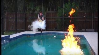 Ρίχνει υγρό άζωτο στην πισίνα και ΔΕΙΤΕ τι συμβαίνει (video)