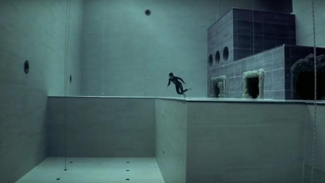Διάσημος δύτης πήδηξε στην πιο βαθιά πισίνα του κόσμου χωρίς οξυγόνο (Video)