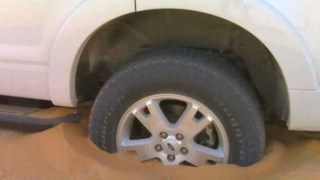 O Πανέξυπνος Αραβικός Τρόπος Για Να Ξεκολλήσει Το Αμάξι Από Την Άμμο! -ΒΙΝΤΕΟ