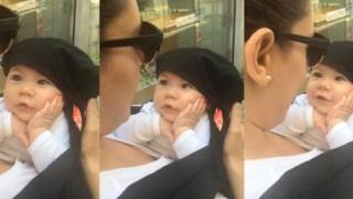 Μωρό χαζεύει την μαμά του να τραγουδά (Video)