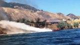 Ταχύπλοο σβήνει πυρκαγιά εκτοξεύοντας θεαματικές ρίψεις νερού