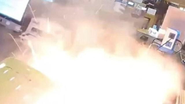 Την ώρα που ο τεχνικός προσπαθεί να ανοίξει ένα iPhone και αυτό εκρήγνυται (Βίντεο)