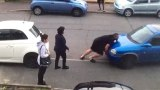 Σήκωσε ολόκληρο αμάξι με τα χέρια του ένας Τούρκος για να μπορέσει η θεία του να ξεπαρκάρει (Βίντεο)