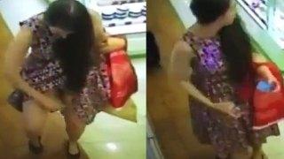 Μια γυναίκα πιάστηκε από Κάμερα ασφαλείας να ψεκάζει κάτω από την φούστα της με άρωμα