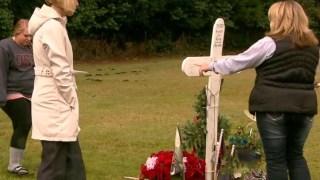 Μια Μητέρα επισκέφτηκε τον τάφο του γιου της και εκεί είδε μια μυστηριώδη γυναίκα να την πλησιάζει. Πήρε μια στιγμή, αλλά όταν η μαμά του κατάλαβε ποια ήταν και τι είχε μέσα της, αγκαλιάστηκαν αμέσως.