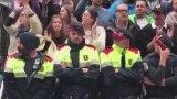 Ξεσπούν σε κλάματα Καταλανοί Αστυνομικοί προστατεύοντας τους διαδηλωτές (Βίντεο)