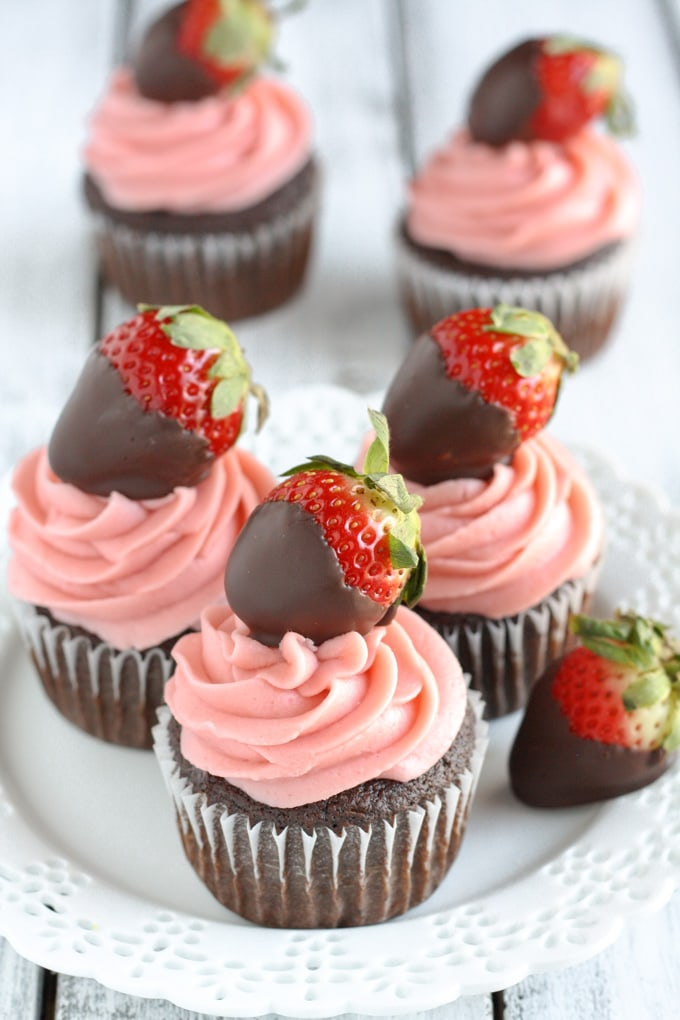 https://i0.wp.com/www.livewellbakeoften.com/wp-content/uploads/2016/01/Chocolate-Covered-Strawberry-Cupcakes-5.jpg?resize=680%2C1020&ssl=1