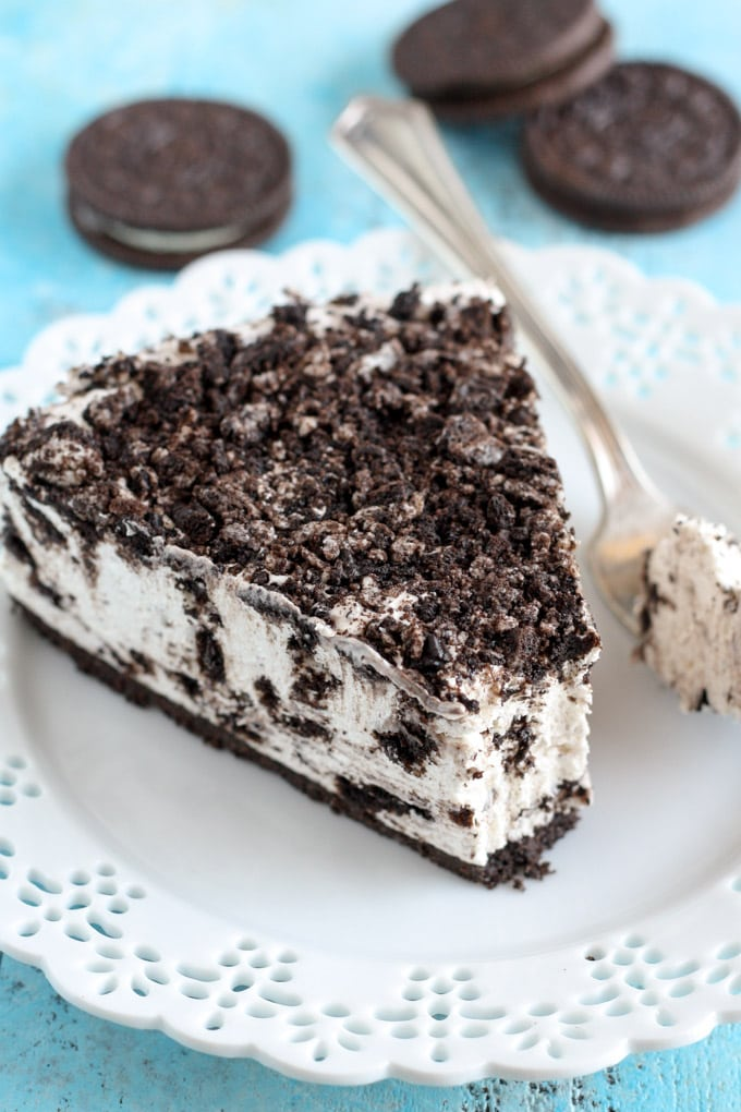 This Easy No Bake Oreo Cheesecake recipe is smooth and creamy – it's the perfect cheesecake recipe and it's so easy to make with only a few ingredients – and it's gelatin-free!!