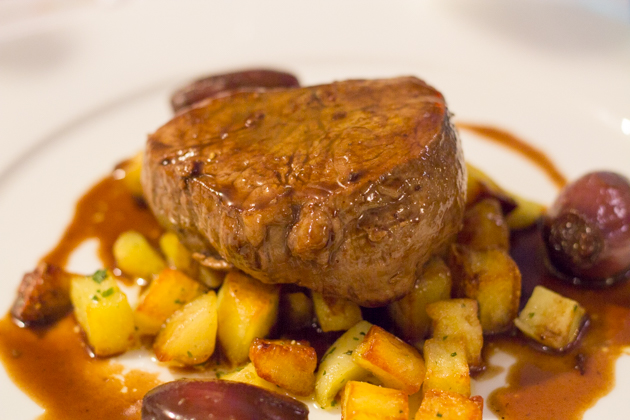 Filetto con cipolle e patatine (beef fillet with onions and potatoes)