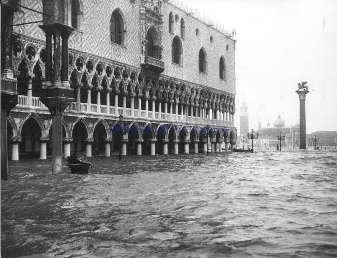 Venice flooding in 1966 by By Unknown