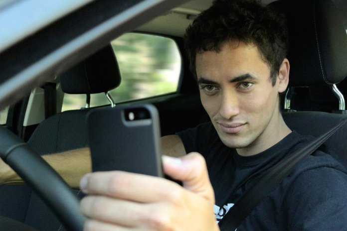 taking-a-selfie-while-driving-one-in-three-young-drivers-did-it-study-shows-85000_1