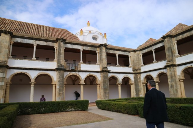 Museu Arquelogico dat in het 16e eeuwse oude klooster Nossa Senhora da Assuncao
